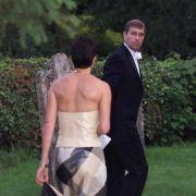 Prinz Andrew und Ghislaine Maxwell zusammen bei einer Hochzeit im Jahr 2000.