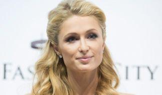 """Das dürfte die Wahlbeteiligung erheblich steigern: Unter dem Motto """"Make America Hot Again"""" posiert Paris Hilton in Strapsen für ein Wahlplakat. (Foto)"""