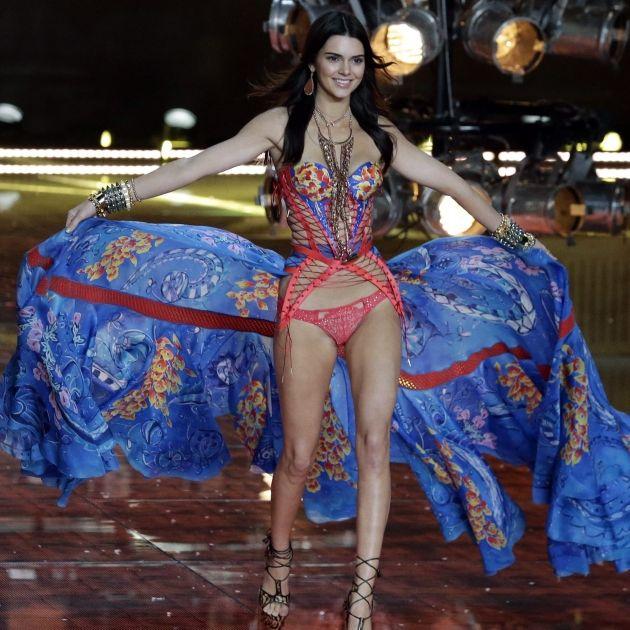 Sexy Cowgirl! In DIESEM Zweiteiler ist sie schärfer als Chili (Foto)