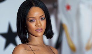 Rihanna präsentiert oben ohne und völlig natürlich ein neues Produkt auf Instagram. (Foto)
