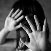 Mutter lässt Kinder von Pädophilen schänden (Foto)