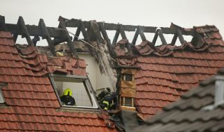 Feuerwehrleute suchen in einem beschädigten Wohnhaus nach Spuren. Bei dem Absturz eines Ultraleichtflugzeugs auf das Mehrfamilienhaus im niederrheinischen Wesel sind am Samstag drei Menschen gestorben. (Foto)