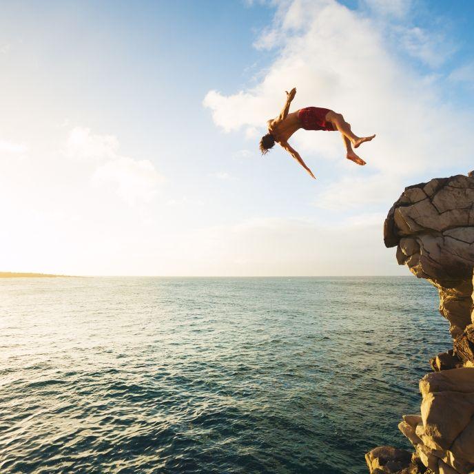 Gefährlicher Klippensprung! Mann knallt auf Felsen - Krankenhaus! (Foto)