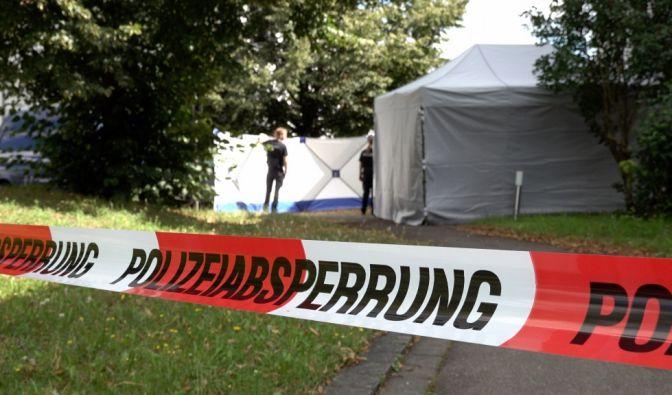Ein umherfliegendes Metallteil hat eine Landwirtin in Reutlingen am Kopf getroffen.