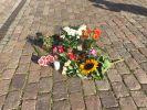 Auf dem Kieler Rathausplatz wurden im Gedenken an die getötete Auszubildende (23) Blumen niedergelegt. (Foto)