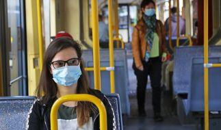 In Nordrhein-Westfalen müssen Masken-Verweigerer nun 150 Euro Strafe im Nahverkehr zahlen. (Foto)