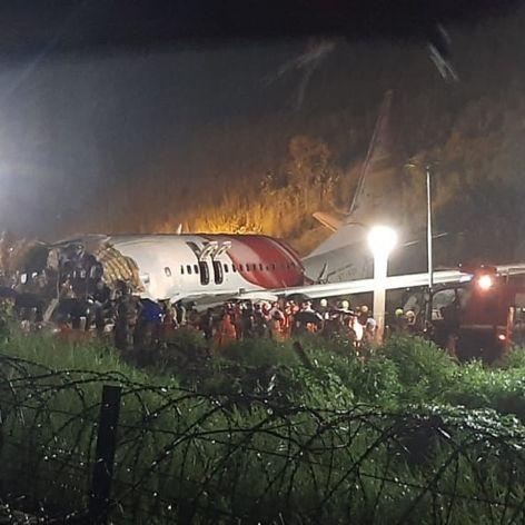 Air-India-Maschine kracht Abhang hinab - mindestens 18 Tote (Foto)