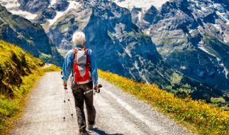Ein älterer Mann rutschte beim Wandern vor den Augen seiner Frau in den Tod. (Symbolfoto) (Foto)
