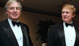 03.11.1999, USA, New York: Donald Trump (r), damals Immobilienentwickler, und sein Bruder Robert Trump (l) kommen zu einer Veranstaltung. (Foto)