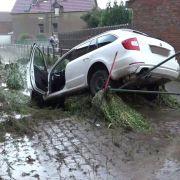 Straßen überflutet! Schlammlawine verwüstet Dorf nach Starkregen (Foto)