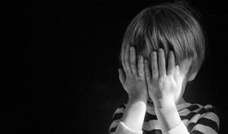 Ein Vater soll seinen 4-jährigen Sohn vergewaltigt und zu Tode geprügelt haben. (Symbolbild) (Foto)