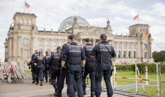 Polizisten installieren im Vorfeld der am Samstag, 29.08.2020, geplanten Demonstration gegen die Corona-Maßnahmen Absperrzäune vor dem Reichstagsgebäude und um den Platz der Republik. (Foto)