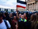 Berlin: Teilnehmer einer Kundgebung gegen die Corona-Maßnahmen stehen vor dem Reichstag. (Foto)