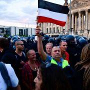 Schock-Videos! Corona-Leugner stürmen Reichstagstreppe (Foto)