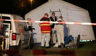 Polizisten sichern den Tatort in Quedlinburg. (Foto)