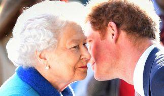 Auf Küsschen von ihrem Enkel Prinz Harry muss Queen Elizabeth II. in diesem Sommer wohl oder übel verzichten. (Foto)