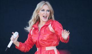 Kylie Minogue begeistert die Fans im knappen Minikleid. (Foto)