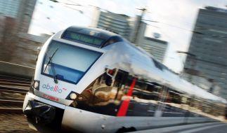 Eine Junge Mutter wollte ihr Handy retten und wurde von einem Zug überrollt. (Symbolfoto) (Foto)