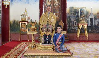 Thailands König Maha Majiralongkorn posiert neben seiner offiziellen Geliebten Sineenat Wongvajirapakdi. (Foto)