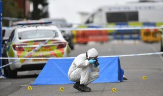 Ein Mitarbeiter der Spurensicherung sichert den Tatort in Birmingham. (Foto)