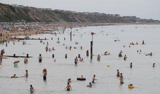 Tausende Menschen verbrachten den Sommer trotz Corona-Krise am Boscombe Beach in England. (Foto)