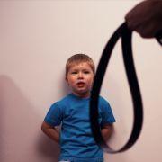 Folter-Mutter prügelt mit Gürtel auf Kinder ein und lässt sie hungern (Foto)