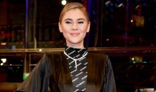 """Für das Fashionmagazin """"Glamour Germany"""" räkelt sich Stefanie Giesinger in einem hautengen Dress in Braun - passend zu ihrer Frisur. (Foto)"""