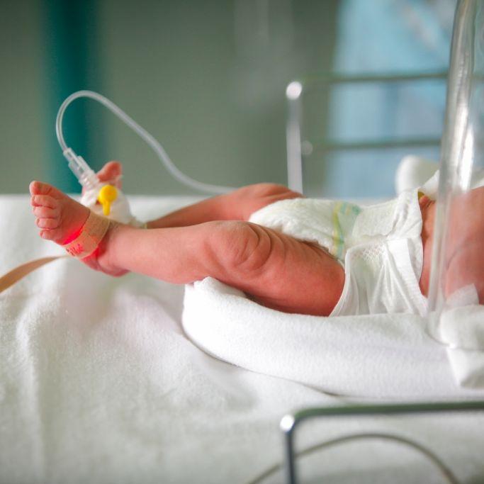Neugeborenes Baby mit rostigem Messer im Rücken entdeckt (Foto)