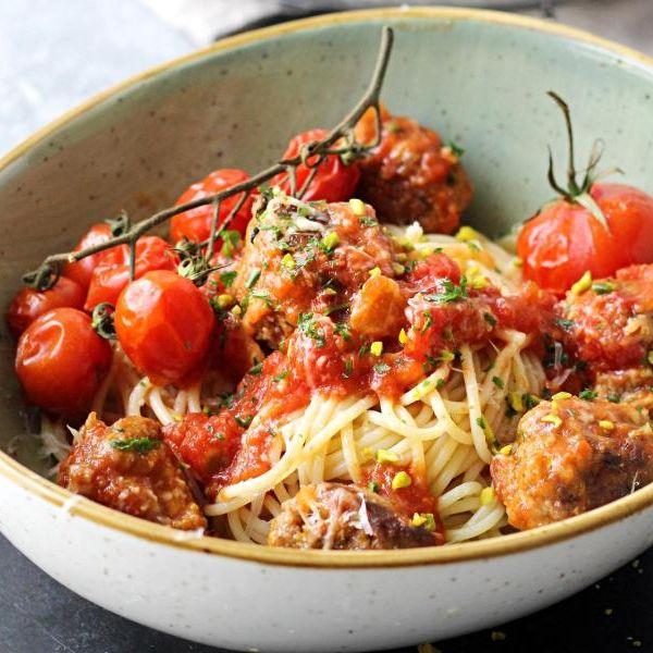 Pasta mit Meatballs in Tomatensoße (Foto)