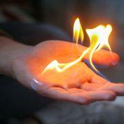 Frau steckt sich versehentlich selbst in Brand (Foto)