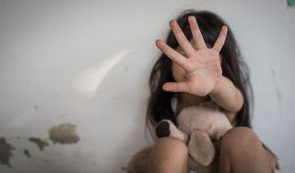 In den USA hat eine Frau ein Mädchen missbraucht und sich dabei gefilmt. (Symbolfoto) (Foto)