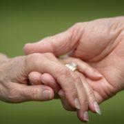 Mann verliebt sich nach der Hochzeit - in seine Schwiegermutter! (Foto)