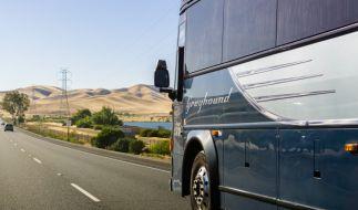 Ein Fernbus-Passagier transportierte auf einer mehrstündigen Reise Leichenteile in seinen Koffern (Symbolbild). (Foto)