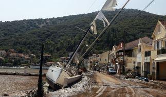 Griechenland, Kefalonia: Eine Segelyacht liegt nach einem Sturm neben einer Straße an Land. (Foto)