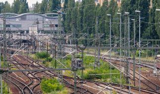 Ein 17-Jähriger ist bei einem Sturz auf eine elektrische Eisenbahnlinie gestorben. (Foto)