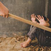 Mann prügelt Stiefsohn (7) mit Knüppel zu Tode - Mutter schaut zu! (Foto)