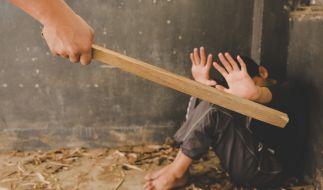 Ein Mann hat seinen Stiefsohn mit einem Knüppel zu Todes geprügelt. (Symbolbild) (Foto)