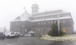 Auf dem 1215 Meter hohen Fichtelberg im sächsischen Erzgebirge sind die ersten Schneeflocken gefallen. (Foto)