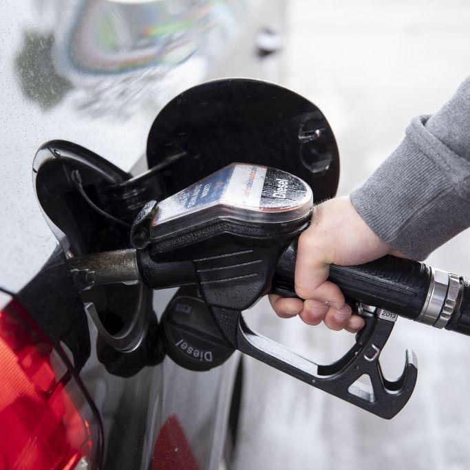 Steckt hier der richtige Zapfhahn im Tankstutzen? Das sollten Sie bei einem Tankirrtum beachten (Foto)