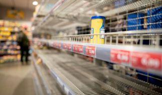 Eine Frau wird von fünf Supermarktregalen erschlagen und stirbt. (Foto)