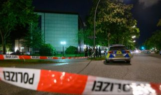 Polizisten stehen am abgesperrten Tatort vor der Synagoge. (Foto)