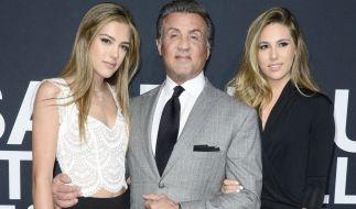 Schauspieler Sylvester Stallone mit seinen bildhübschen Töchter Sistine (li.) und Sophia (re.). (Foto)