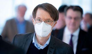 Karl Lauterbach mahnt zum Maskentragen und kassiert dafür Kritik. (Foto)