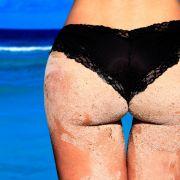 Absurder Badeanzug! HIER spart das Kurvenwunder untenrum an Stoff (Foto)