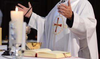 Nachdem ein Priester in Louisiana eine Sexorgie auf seinem Altar gefeiert hat, veranlasste der Erzbischof, den Altar verbrennen zu lassen. (Foto)