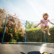 Weil es von seinen Pflegeeltern gezwungen worden war, stundenlang Trampolin zu springen, ist ein Mädchen (8) im texanischen Odessa gestorben.
