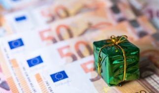 Politiker fordern jetzt Weihnachtsgeld früher auszuzahlen. (Foto)