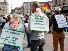"""In Berlin demonstrieren """"Querdenker"""" und Corona-Leugner wieder gegen die Eindämmung der Pandemie. Einige Aussagen erschreckten die Twitter-Community. Der Hashtag """"#Covidiot"""" trendete. (Foto)"""