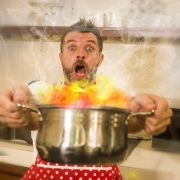 Zu zäh, zu scharf, zu salzig! Geniale Notfall-Tipps bei Kochunfällen (Foto)