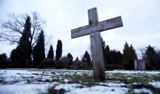 Nicht nur an Allerheiligen (01. November) sind Gräber von verstorbenen Prominenten ein beliebtes Ausflugsziel. (Foto)